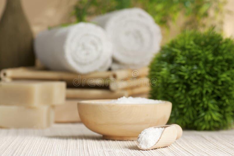 Regolazione della stazione termale con il sale di bagno fotografie stock