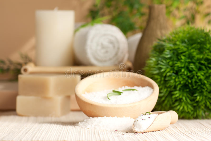 Regolazione della stazione termale con il sale di bagno immagini stock libere da diritti