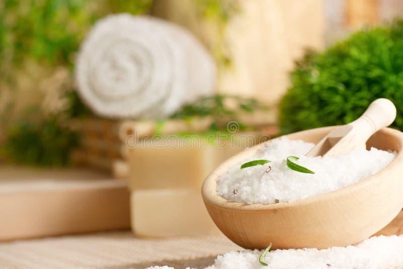 Regolazione della stazione termale con il sale di bagno fotografia stock libera da diritti
