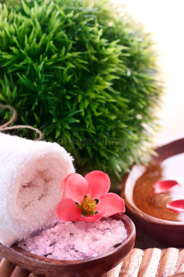 Regolazione della stazione termale con il sale di bagno immagine stock libera da diritti