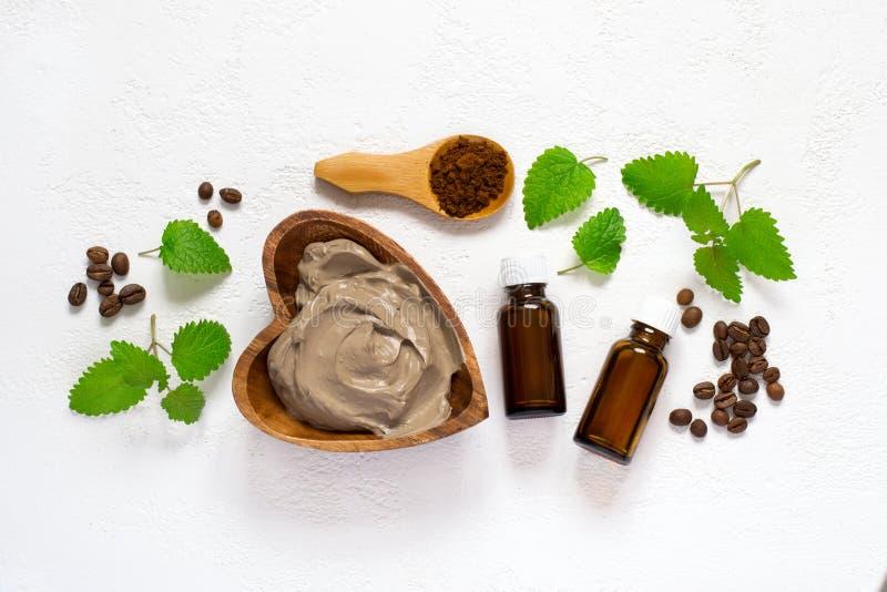 Regolazione della stazione termale con la maschera cosmetica dell'argilla per il corpo, asciugamano o essenziale fotografia stock