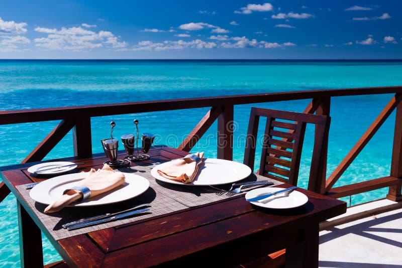 Regolazione della Tabella al ristorante della spiaggia immagini stock libere da diritti