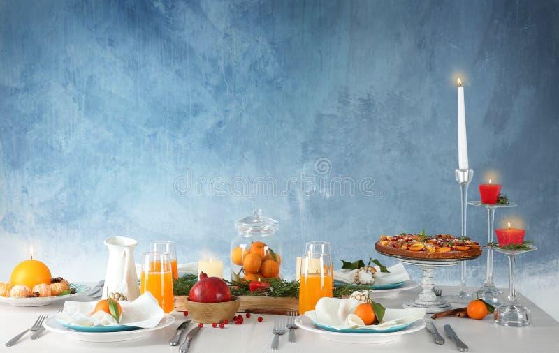 Regolazione della Tabella con le candele ed i frutti fotografia stock