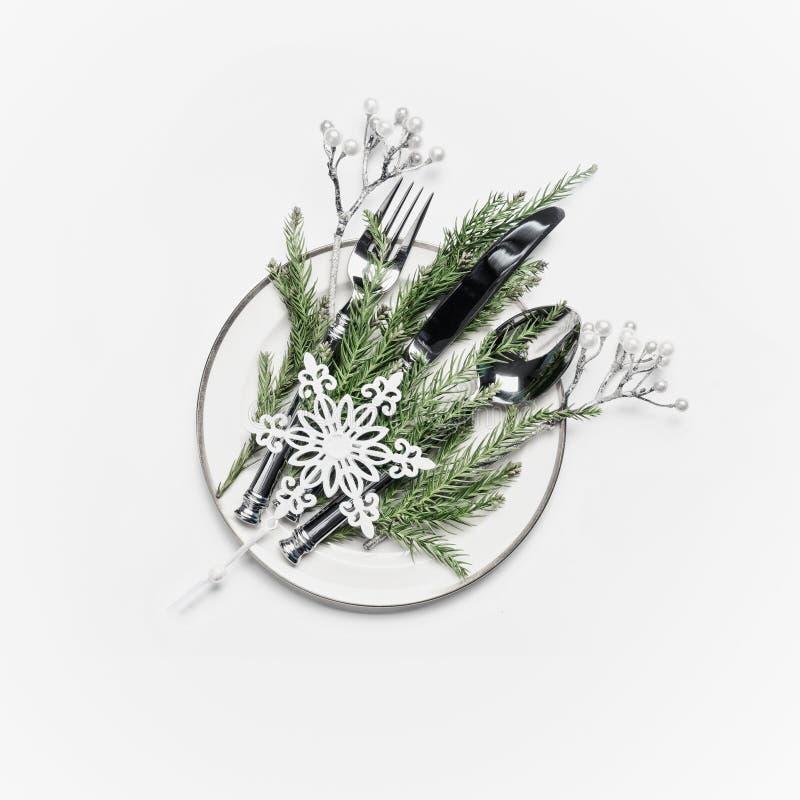 Regolazione della tabella di natale Piatto con i rami dell'abete, la coltelleria e la decorazione festiva di festa: ramoscelli e  fotografie stock libere da diritti