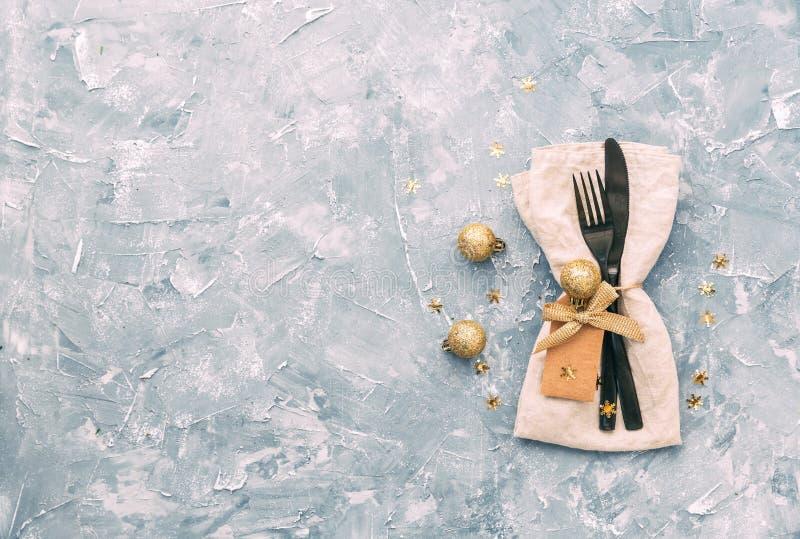Regolazione della tabella di natale Tovagliolo, forcella e coltello con le decorazioni fotografie stock libere da diritti