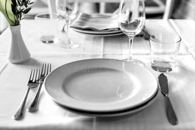 Regolazione della Tabella nell'interno del ristorante, desaturato immagine stock libera da diritti