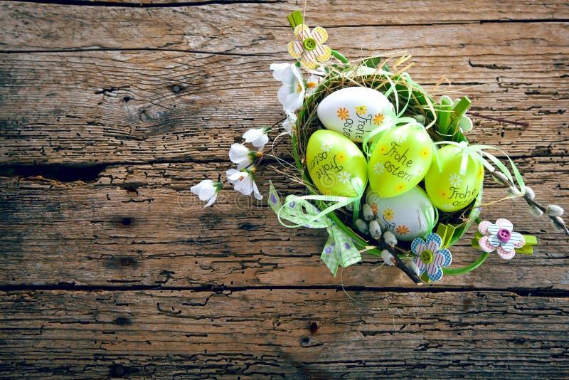 Regolazione della Tabella per la cena di Pasqua con i tulipani e le uova su w rustico immagine stock libera da diritti