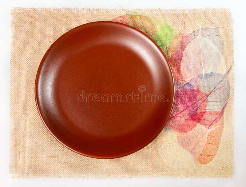 Regolazione della Tabella sulla tela di sacco con i fogli come decorazione fotografia stock