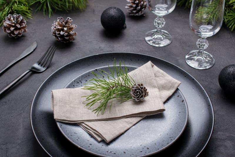 Regolazione della tavola del nuovo anno o di Natale Regolazione di posto per la cena di Natale Decorazioni di festa fotografie stock