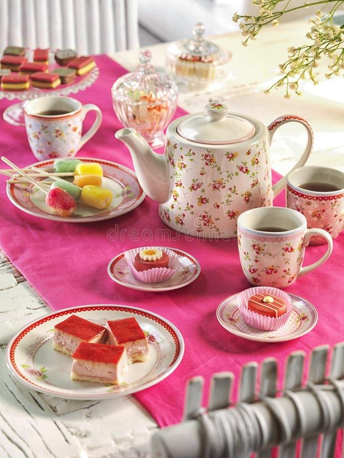 Regolazione della tavola della festa di compleanno dell'alto tè con l'alimento immagini stock