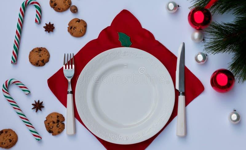 Regolazione della tavola di Natale con lo spazio della copia Un fondo festivo della coltelleria, biscotto, decorazioni di Natale fotografie stock