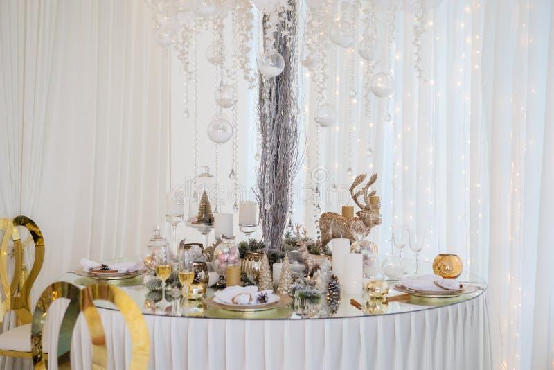 Regolazione della tavola di Natale, tavola festiva, stoviglie immagini stock