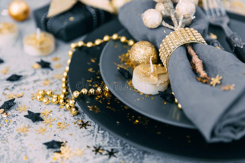 Regolazione della tavola di Natale prima della cena con le decorazioni del decorationsold dell'oro fotografie stock libere da diritti