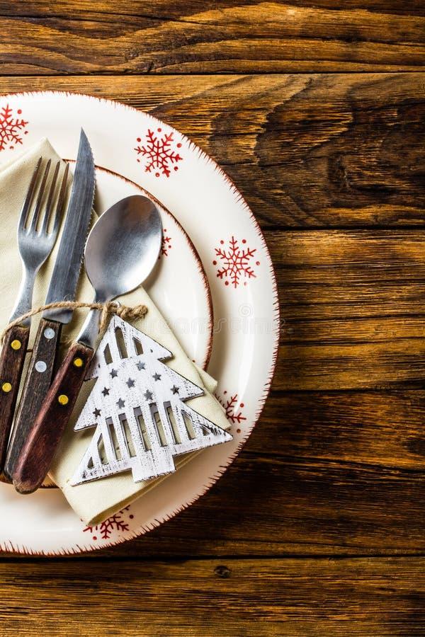 Regolazione della tavola di Natale sul fondo di legno Vista superiore immagine stock