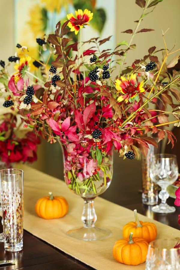 Regolazione della tavola di ringraziamento Regolazione della tavola di autunno con la piccola pompa fotografia stock