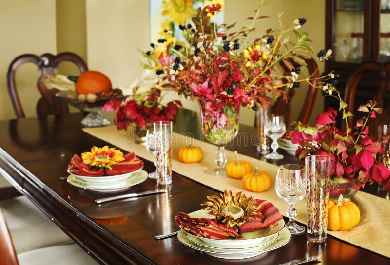 Regolazione della tavola di ringraziamento Regolazione della tavola di autunno con la piccola pompa fotografia stock libera da diritti