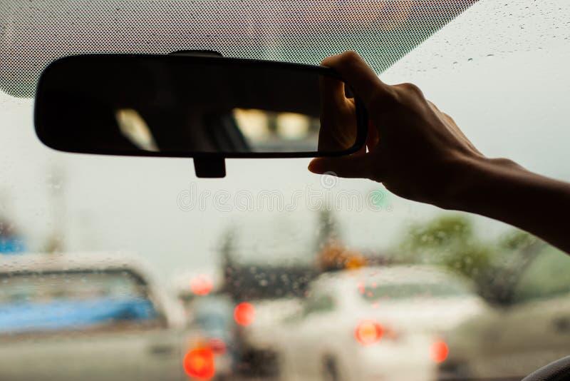 Regolazione dello specchietto retrovisore; fuoco a disposizione, siluetta immagini stock libere da diritti