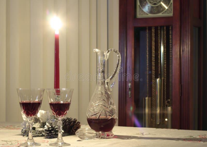 Regolazione di festa con il vino rosso fotografie stock