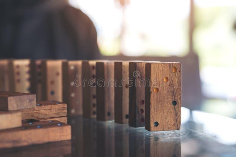 Regolazione di legno del gioco di domino sulla tavola fotografie stock