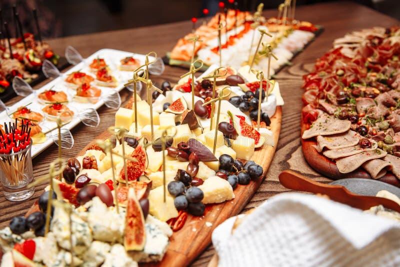 Regolazione di lusso della tavola di banchetto nel ristorante Tabella con gli spuntini fotografia stock