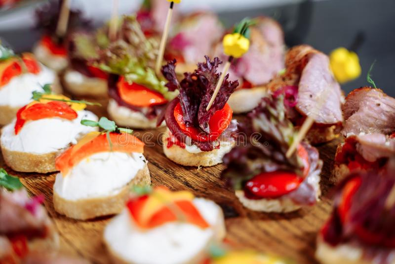Regolazione di lusso della tavola di banchetto nel ristorante Tabella con gli spuntini fotografie stock