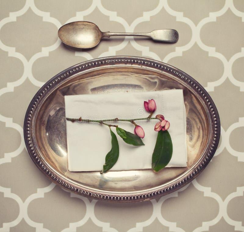 Regolazione di posto d'argento d'annata del cucchiaio e del vassoio immagini stock libere da diritti