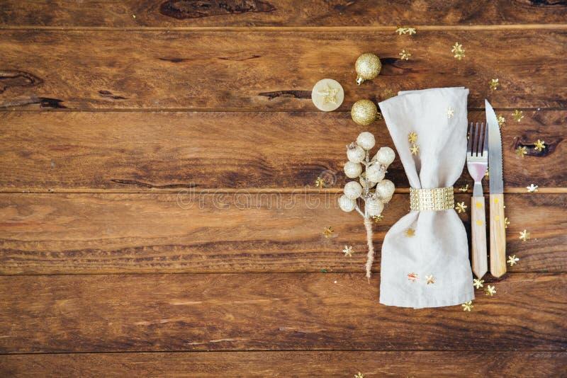 Regolazione di posto della tavola del nuovo anno e di Natale sopra il fondo di legno fotografia stock