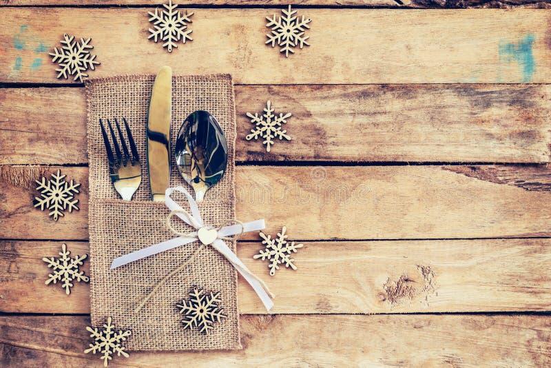 Regolazione di posto della tavola di Natale e argenteria, fiocchi di neve su tabl immagine stock