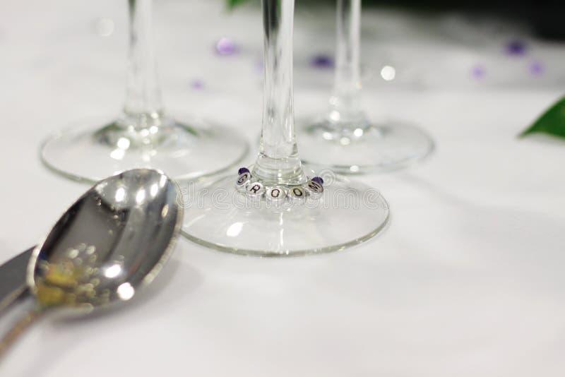 Regolazione di posto dello sposo alle nozze fotografia stock
