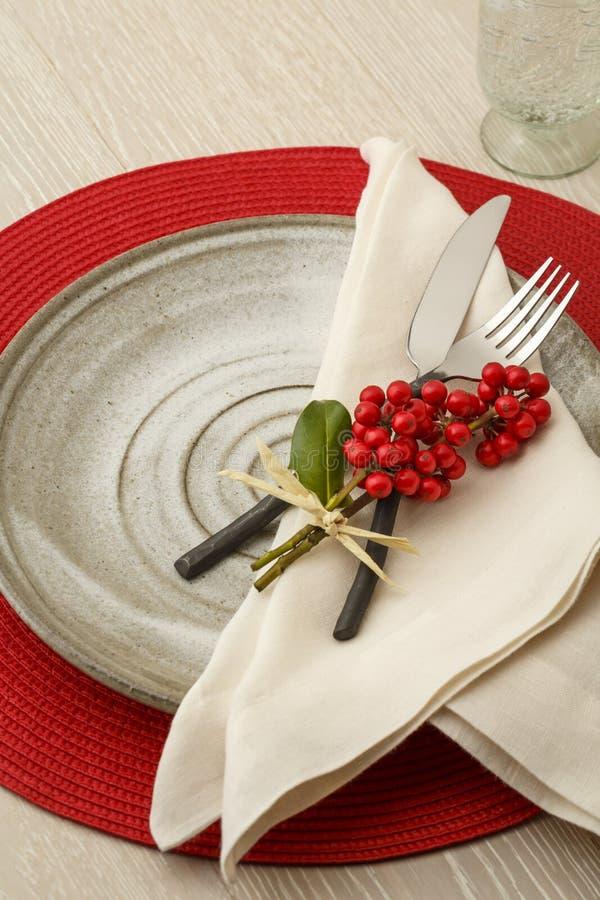 Regolazione di posto festiva della regolazione della tavola di cena di Natale con le decorazioni botaniche naturali immagine stock libera da diritti