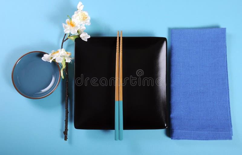Regolazione di posto orientale giapponese della Tabella di tema blu moderno dell'acqua immagine stock