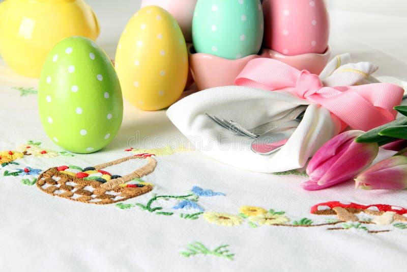 Regolazione di posto di Pasqua su una tovaglia di tela elegante Questa regolazione di posto tradizionale del brunch di festa incl immagini stock libere da diritti