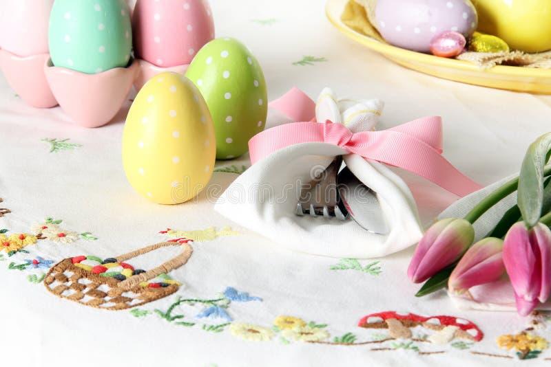 Regolazione di posto di Pasqua su una tovaglia di tela elegante Questa regolazione di posto tradizionale del brunch di festa incl fotografia stock