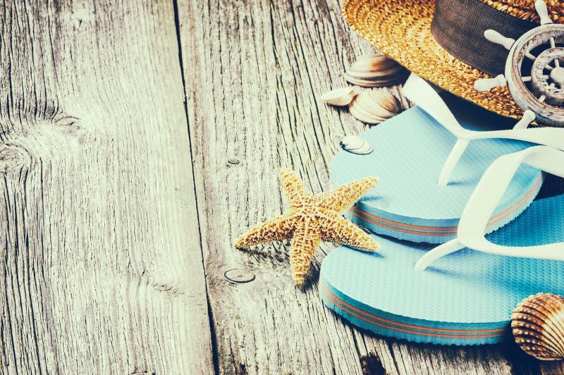 Regolazione di vacanza estiva con i Flip-flop ed il cappello di paglia fotografia stock libera da diritti