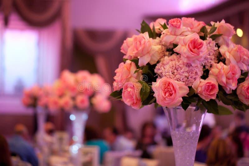 Regolazione e fiori della tabella della decorazione di nozze fotografia stock libera da diritti