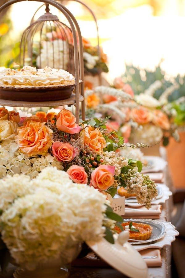 Regolazione e fiori della tabella della decorazione di nozze immagine stock libera da diritti