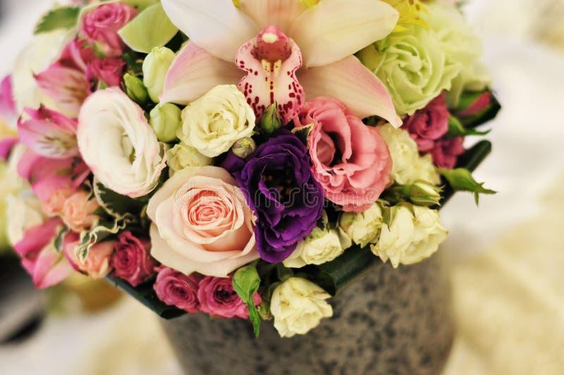 Regolazione e fiori della tabella della decorazione di nozze immagini stock libere da diritti