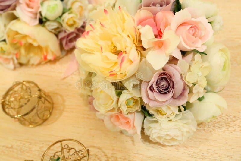 Regolazione e fiori della tabella della decorazione di nozze fotografie stock libere da diritti