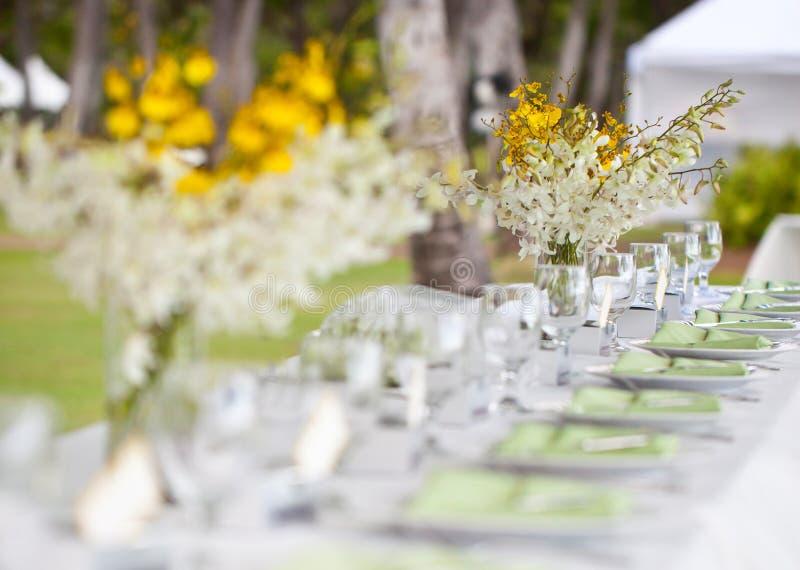 Regolazione e fiori della tabella della decorazione di nozze di spiaggia immagini stock libere da diritti