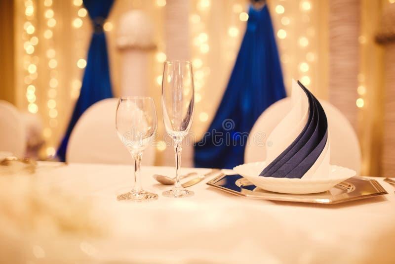 Regolazione elegante decorata della tavola per l'evento piatti, vetri di vino immagine stock libera da diritti