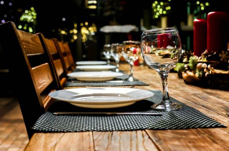 Regolazione festiva con le candele, cena della tavola di lume di candela fotografie stock
