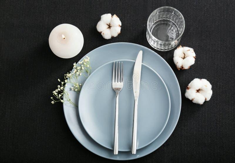 Regolazione festiva della tavola con i fiori del cotone su fondo scuro immagine stock