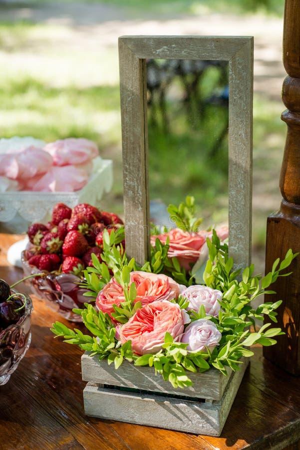 Regolazione festiva della tavola con i fiori, la frutta e le caramelle gommosa e molle fotografie stock libere da diritti