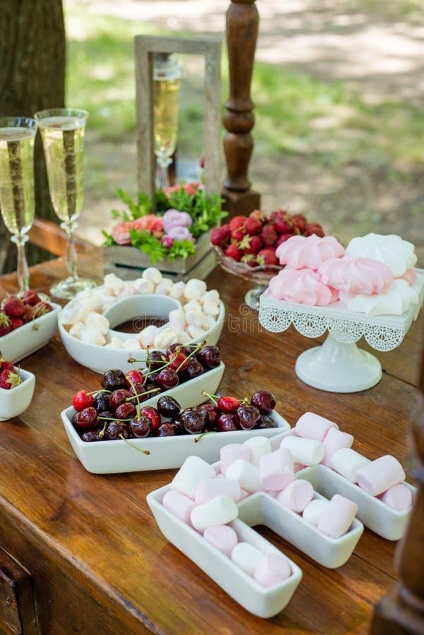 Regolazione festiva della tavola con la frutta e le caramelle gommosa e molle immagini stock libere da diritti