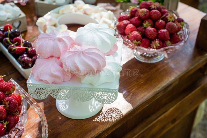 Regolazione festiva della tavola con la frutta e le caramelle gommosa e molle fotografia stock
