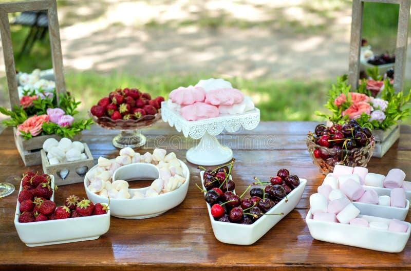 Regolazione festiva della tavola con la frutta e le caramelle gommosa e molle fotografie stock