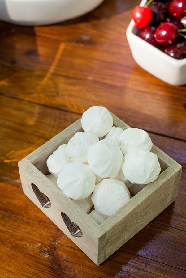 Regolazione festiva della tavola con le caramelle gommosa e molle e la frutta immagine stock libera da diritti