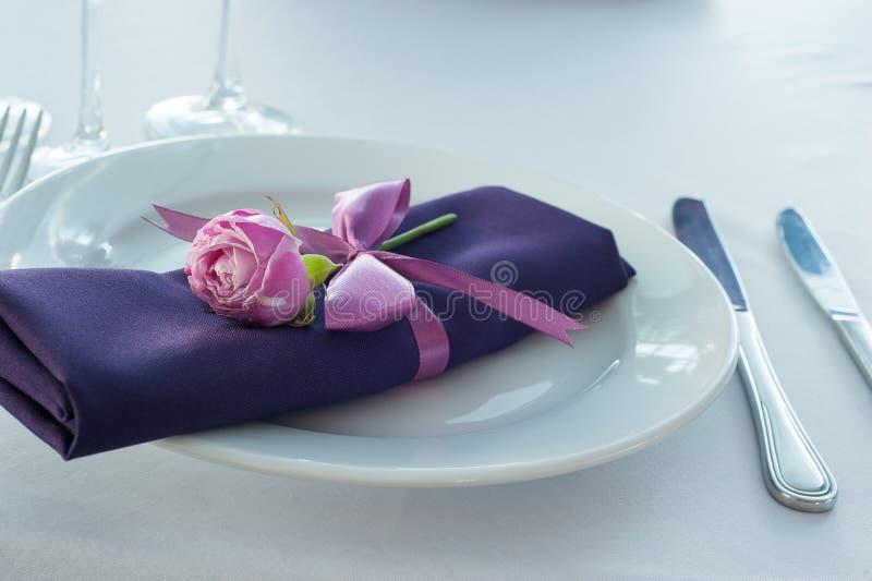 Regolazione festiva della tavola nel ristorante con i fiori fotografia stock