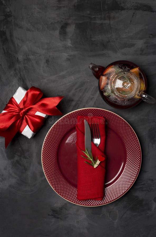 Regolazione festiva della tavola per il San Valentino con la forcella, il coltello ed il perno del cuore con i rosmarini ai piatt fotografie stock libere da diritti