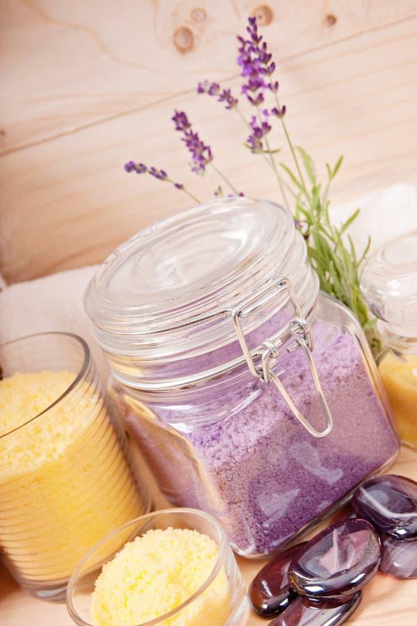 Regolazione naturale della stazione termale con il sale ed il tovagliolo di bagno immagini stock